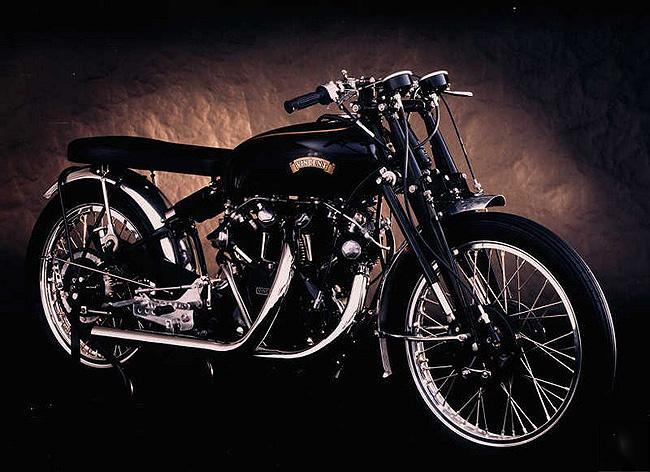 画像: こちらは歴代ビンセントVツインの最強モデル! ブラックライトニング。1948年から1952年の間、わずか31台が製造された希少車です。 www.replicarz.com