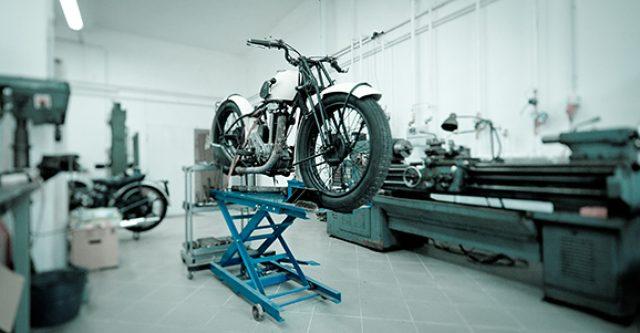 画像: 長尺の旋盤、ボール盤などなどの機械が並ぶ、クリーンなワークショップ。ワークショップでレストアやカスタムを楽しみたい方は、こういう工作機械や溶接機をアレコレ揃えるのも楽しいです。 www.motomaniastore.com