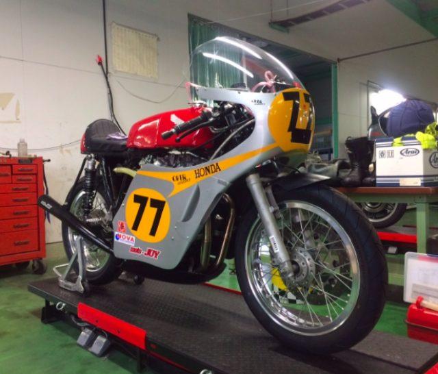 画像: ホンダCB450改ロードレーサーを載せた油圧式電動バイクリフト。 www.motojoy.jp