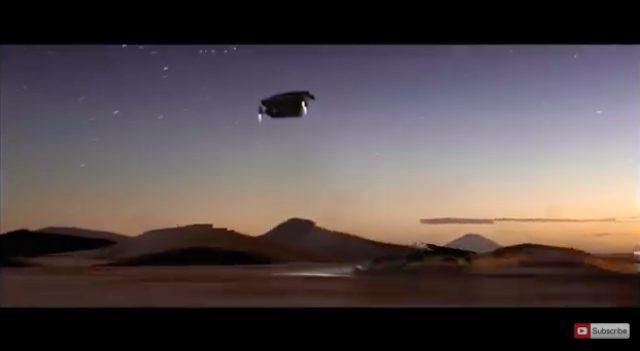 画像: 墜落しちゃう〜と思いきや、下には2台の戦闘機が。