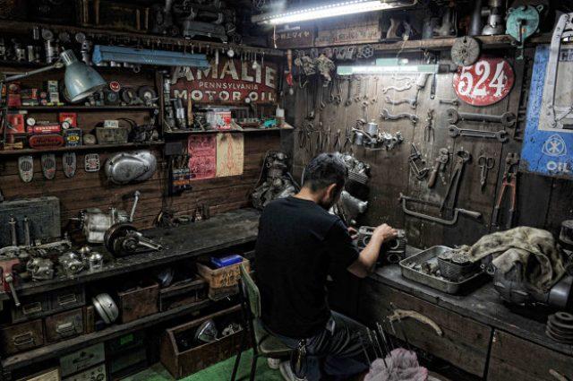 画像: 広島のカスタムショップ、平和モーターサイクルさんのワークショップ。壁に掛かる工具類もビンテージで、雰囲気抜群です。古いもの好きの人は、ついつい古い工具にも関心を寄せてしまうものです。 kickstart.bikeexif.com