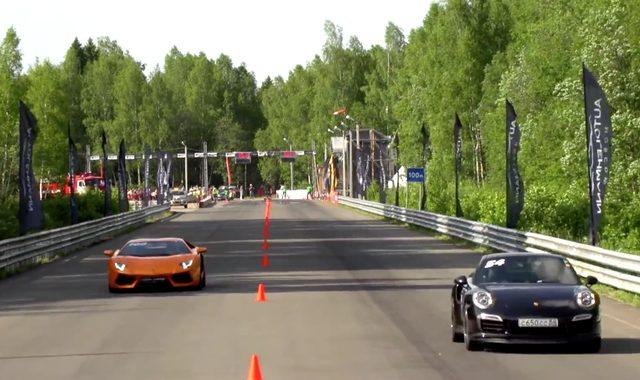 画像: 軽さとトラクションを生かして前に出る911。パワーに勝るアヴェンタドールが追い上げるか!? www.youtube.com