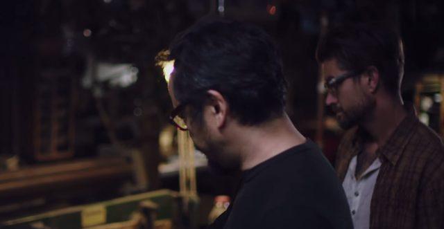 画像: 二人は新しいプロジェクトに取り組みます www.youtube.com