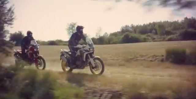画像: フラットなオフロードをクルージングするシーン。気持ち良さそうです。 www.youtube.com