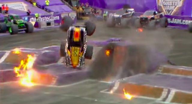 画像5: マッドマックスの世界?!!5トン近い巨大なモンスタートラックがダブルバックフリップの迫力がすごい!!