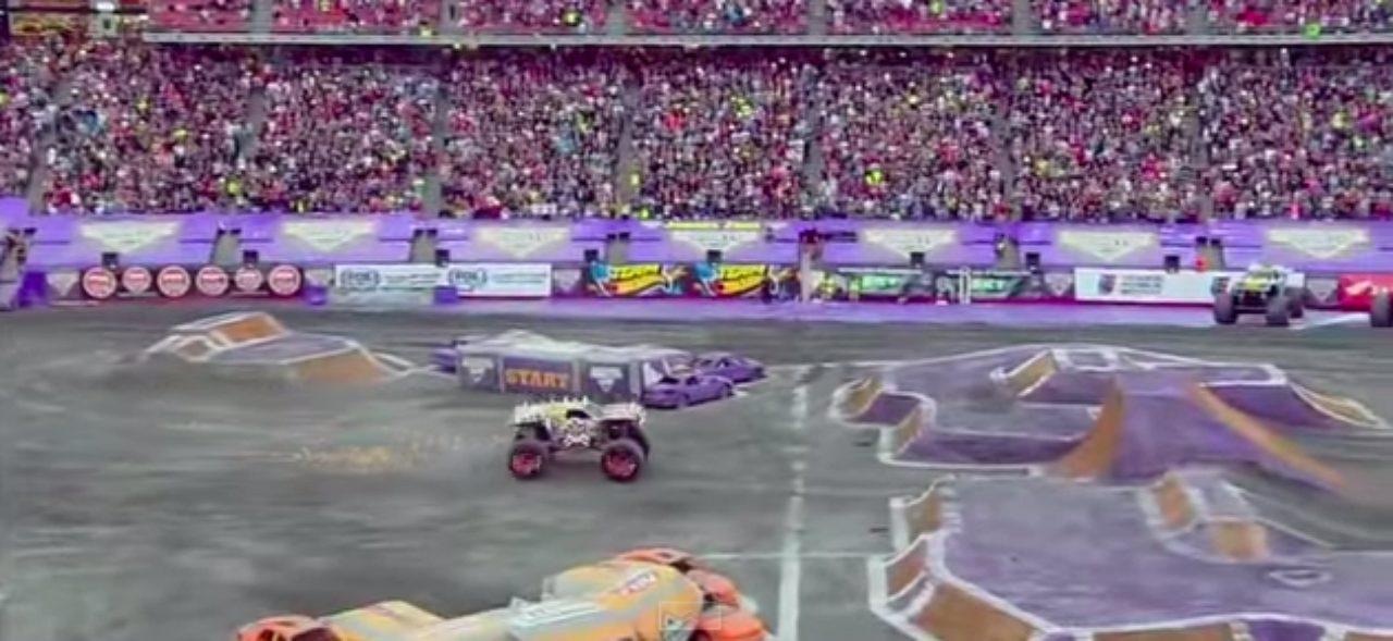 画像1: マッドマックスの世界?!!5トン近い巨大なモンスタートラックがダブルバックフリップの迫力がすごい!!