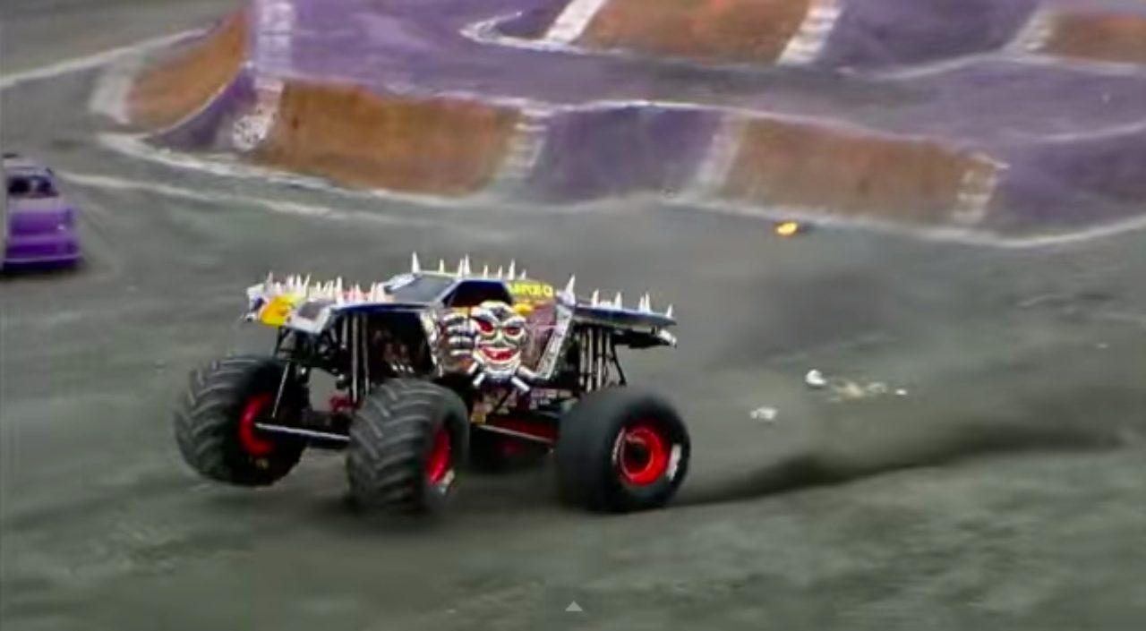 画像6: マッドマックスの世界?!!5トン近い巨大なモンスタートラックがダブルバックフリップの迫力がすごい!!