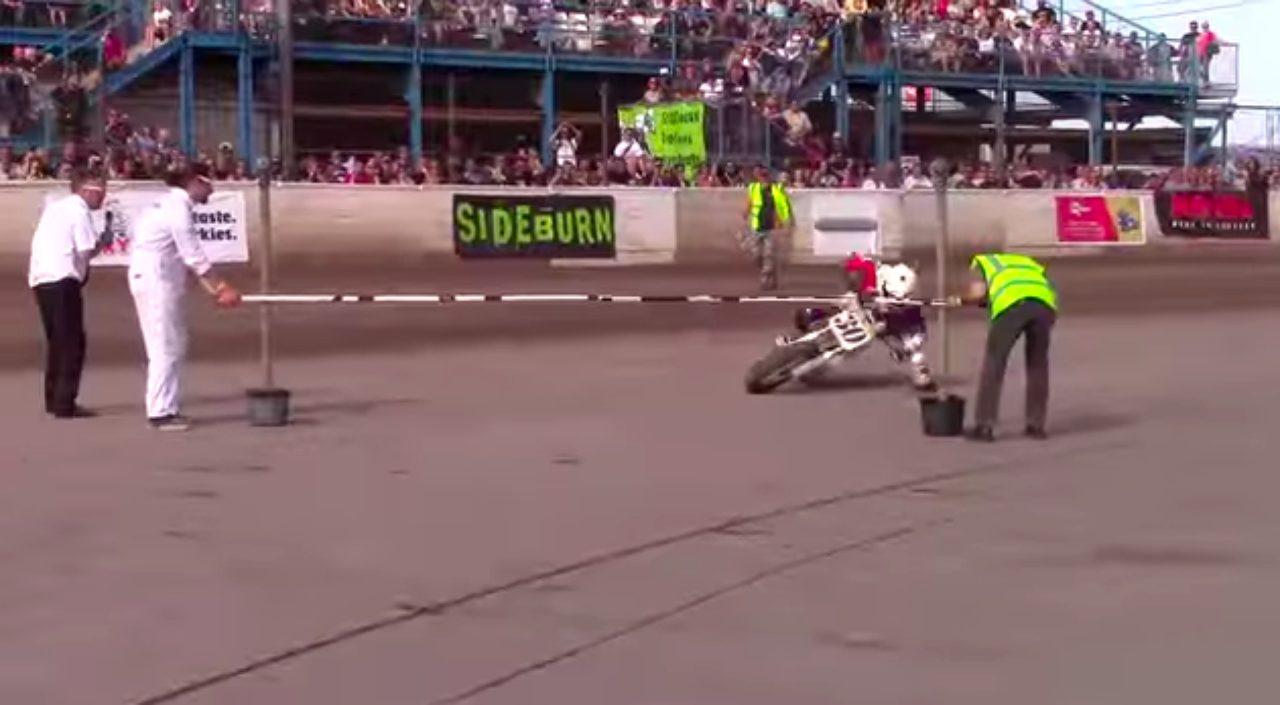 画像2: 【凄技動画】バイクでリンボーダンス?