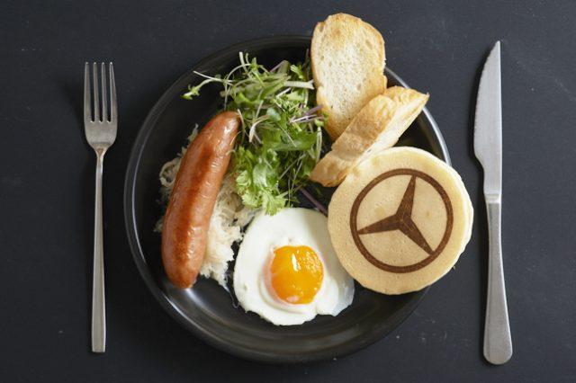 画像: メルセデス・ベンツのマーク入りのスターパンケーキが入っている限定メニュー www.mercedes-benz.com