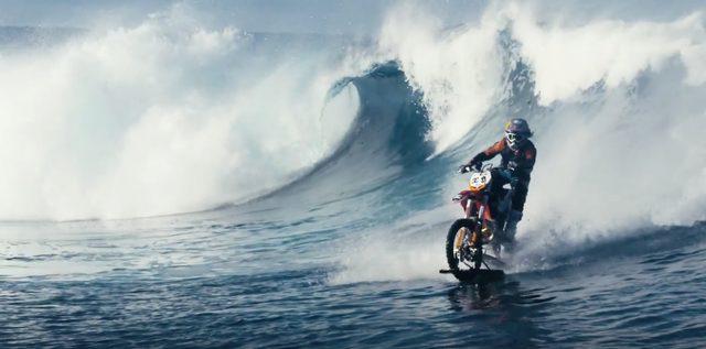 画像: バイクで波乗り!?タヒチのビッグウェーブを乗りこなすモトクロスバイクがクールすぎる! - LAWRENCE(ロレンス) - Motorcycle x Cars + α = Your Life.