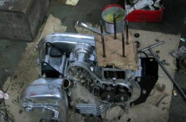画像: エンジンの組み立ては、地べたの上に段ボールを敷いて・・・親近感を覚えました(笑)。 www.youtube.com