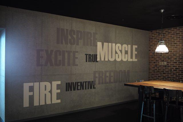 """画像: 壁面にはハーレーのコンセプトやスローガンを示す、さまざまな""""言葉""""が書き込まれている。"""