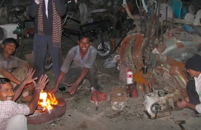 画像: 分解したロイヤルエンフィールドを、釜戸の火でタンドリー料理にします(ウソ)。 www.youtube.com