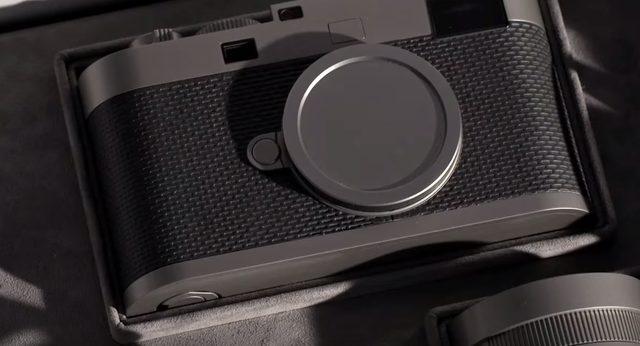 画像: 中には一台のカメラ。そう、ライカの60周年記念モデル(2014)Edition 60だ。 www.youtube.com