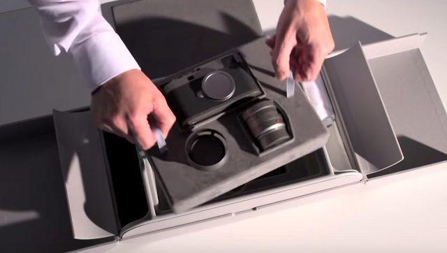 画像: レンズキットとともにとりだす。このフルセットで税込232万2,000円 www.youtube.com