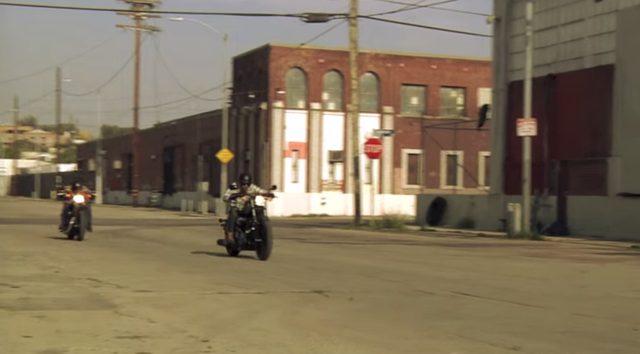 画像: さすがに排気量で勝るBOLTは軽々とスポスタを置いてきぼりにしてしまいます。 www.youtube.com