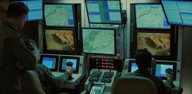 画像: 中はハイテクなゲームセンターのような趣。 www.drone-of-war.com
