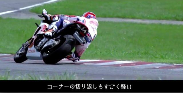 画像: 「ハンドリングもコーナーの切り返しもすごく軽い。このバイクのレベルの高さには感動。こんなストリートバイクいままでなかったよね!」 www.youtube.com