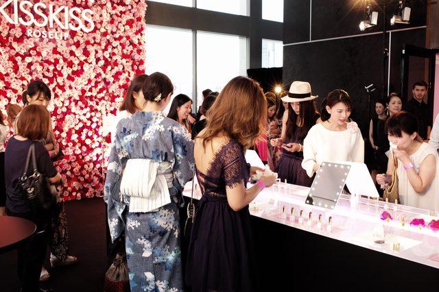 画像: 6色のローズリップを手に取る美女たち