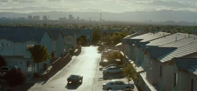 画像: 車で家に帰る。 www.drone-of-war.com