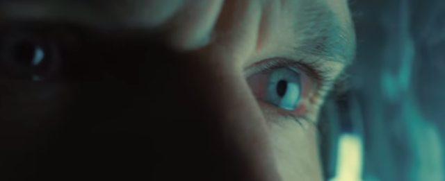画像: 操作をする主人公トミーの眼に映るのは・・・・? www.drone-of-war.com