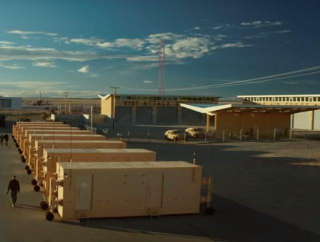 画像: 米軍基地内にならぶコンテナー www.drone-of-war.com