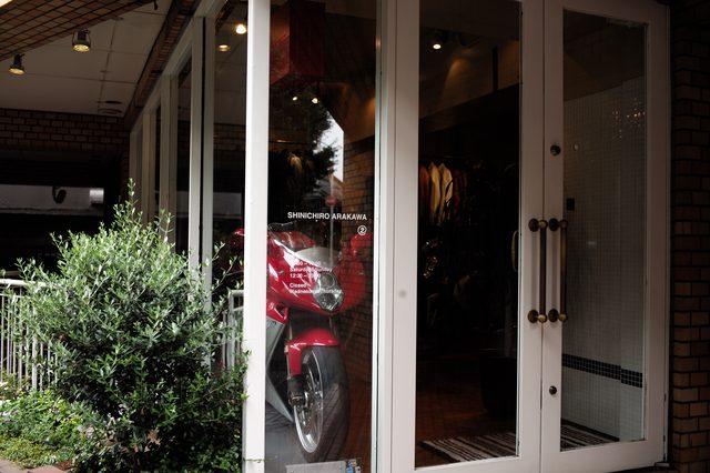 画像: 入り口をよく見れば、SHINICHIRO ARAKAWA とはっきり書いてあるのだが。