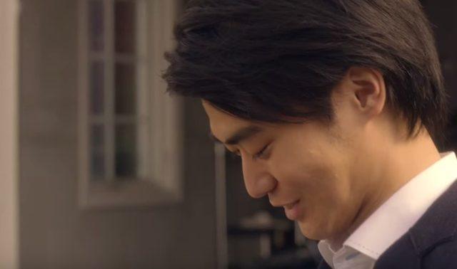 画像: 一瞬でわだかまりが溶けていく。りょうすけの顔には笑みが浮かぶ www.youtube.com