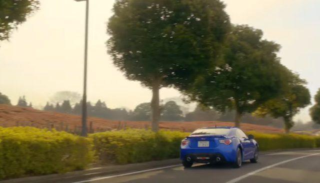 画像: 車好きの二人。男にはそれだけで通じる何かがある。 www.youtube.com