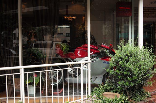 画像: 店の中は歩道からはよく見えない。