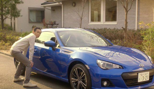 画像: その視線の先には、彼が乗ってきたスバルBRZを愛でるように眺めていた父親の姿が。