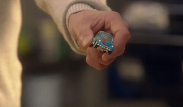 画像: 父親の手には、あの、Subaru 360のおもちゃが・・ www.youtube.com