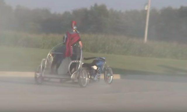 画像3: 馬車のようにバイクを扱う男性の動画を発見!