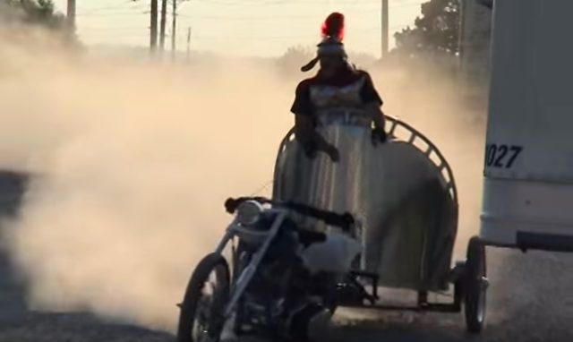画像2: 馬車のようにバイクを扱う男性の動画を発見!