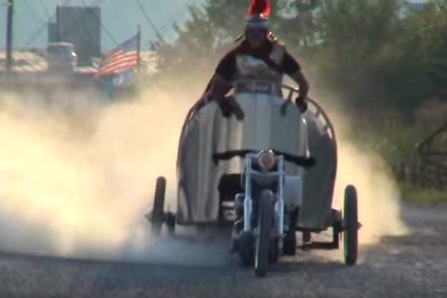 画像1: 馬車のようにバイクを扱う男性の動画を発見!