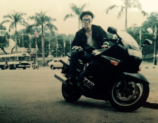 画像: 1990年代後半。ほぼ100-150ccのスモールバイクしか走っていなかったマレーシアで僕が手に入れた夢のバイク、これもZZ-R1100だった。今の東京で言えば、ブガッティのハイパースーパーカーくらい目立っていた。