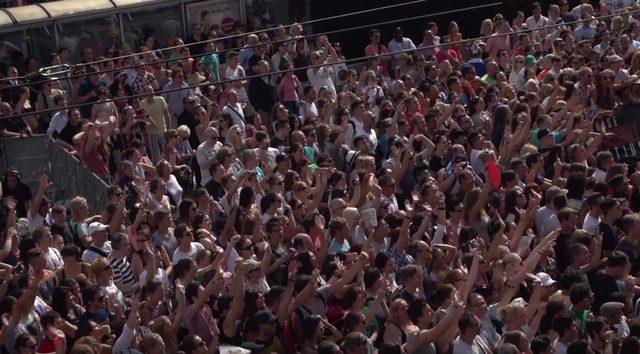 画像: ものすごい群衆が集まる。熱気がすごい www.youtube.com