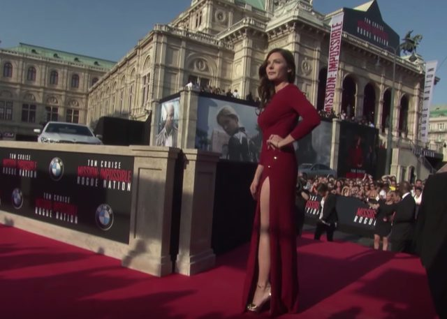 画像: 美脚を披露するレベッカ・ファガーソン www.youtube.com