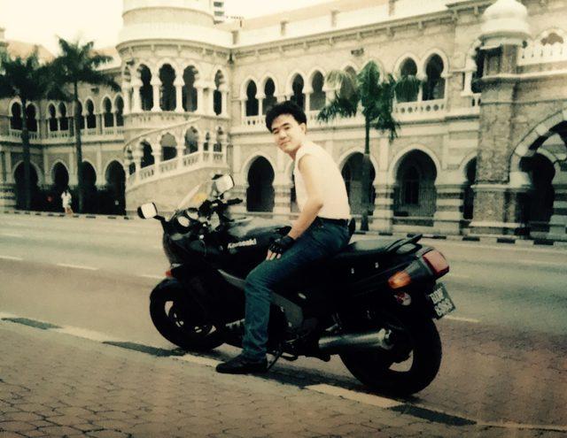 画像: KLにて。腕が今より大分細い。 Kawasaki ZZ-R 1100 C2。当時のマレーシアにいた日本人でバイクに乗っていたのはおそらく僕だけだ。若い日本人、でっかいオートバイに乗っている、それだけでマレーシアの女の子にはよくモテた(笑)。 マレーシア最速だったかもしれないしw
