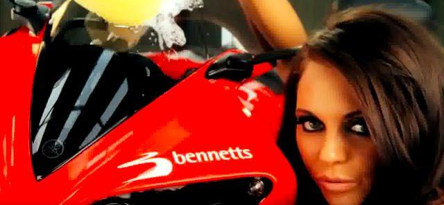 画像3: ヤマハのスーパーバイクが3人の美女に洗車される動画。なんだか妙にセクスィ〜♡