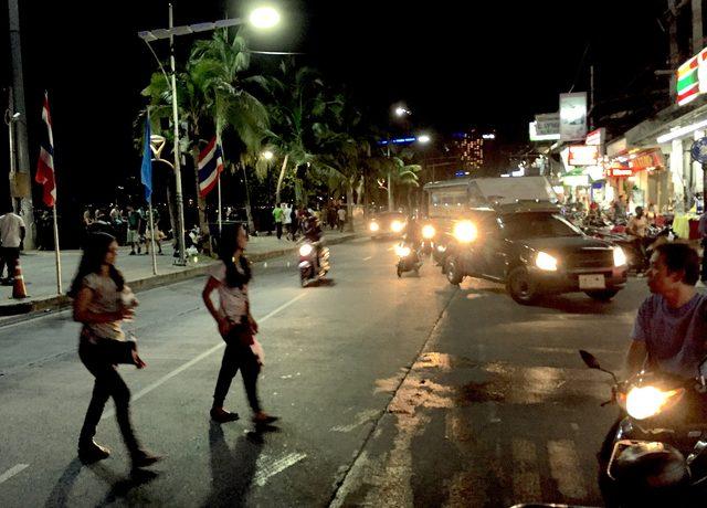 画像: タイあるある1:道路にクルマと人が混在。横断歩道ってなに?状態