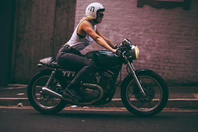 画像: この感じ、好き。彼女もボディとメットを合わせているわね〜レトロなのにワイルド感もあってステキ! cdn.silodrome.com