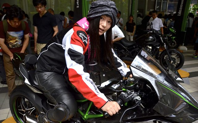 画像: 【バイクの日】秋葉原に最新バイクがズラリ勢揃い...観光客や若者らが興味津々
