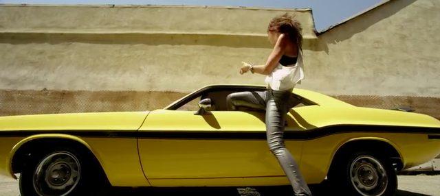 画像: ドアを開けずにクルマに乗り込む女性。細身だから出来る技。