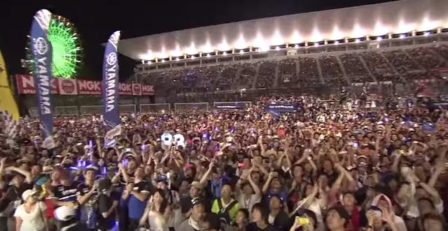 画像: 大観衆も大歓声! www.youtube.com