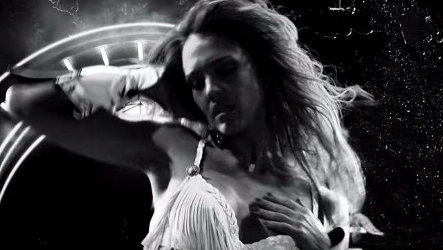 画像: 場末のダンサーを演じるジェシカ・アルバ。愛するハガーソン(ブルース・ウィルス)を死に追いやった街のボスへの復讐を誓う sincity.gaga.ne.jp