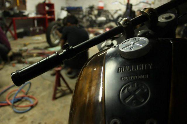 画像: このタンクなんて、実に凝った細工です。タンクキャップの刻印も素敵 www.facebook.com
