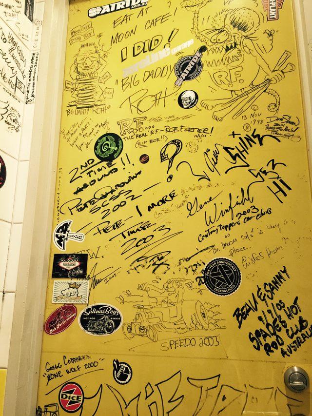 """画像: これが有名なMOON Cafeのトイレの内扉。 """"落書きは BDR のものだけでなく、HCSに来日した数々のアーティストや Shifters メンバーの落書きも含んで一杯!一見の価値ありですヨ! 「MOON Cafe に行った事あるけど何処に?」 と思われる方もいるでしょう。 この落書きは Mens & Ladies Restroom の内扉書かれているのです。 是非見に来て下さい。"""" www.mooncafe-honmoku.com"""