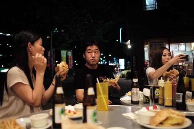 画像: ほぼ無言で頬張る・・・カニを食べているかのような静けさが食卓に広がる・・・