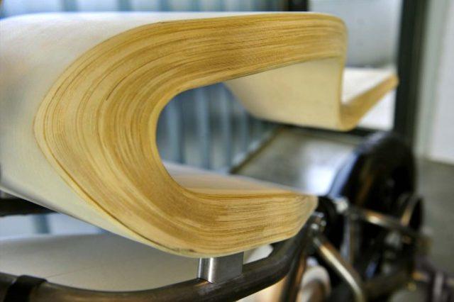 画像: 何枚重なっているのでしょう??クッション性はなさそうなので、お尻が痛くなりそう… www.asphaltandrubber.com